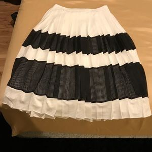 Banana Republic White and Black Pleated Skirt